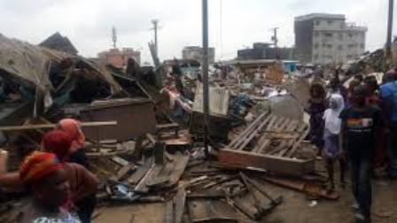 Covid-19 (Côte d'Ivoire) : Le marché de Bagnon (Yopougon) détruit, les policiers emportent d'immenses quartiers de viande de bœuf.