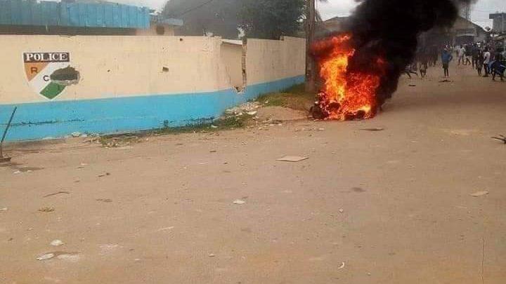 Côte d'Ivoire (Bonoua) : Après la chaude marche de la population, les policiers au chômage